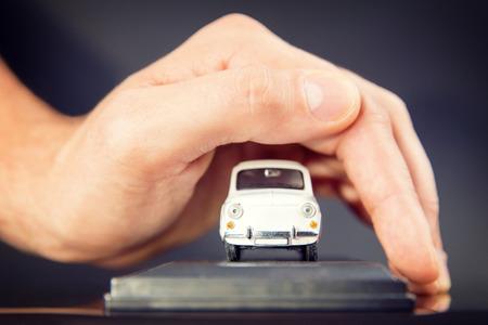 autolavaggio: Auto assicurazione auto e collisione danni concetti di esonero Uomo d'affari con gesto protettivo
