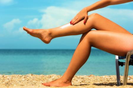 piernas mujer: Cerca de una hembra de las piernas en la playa