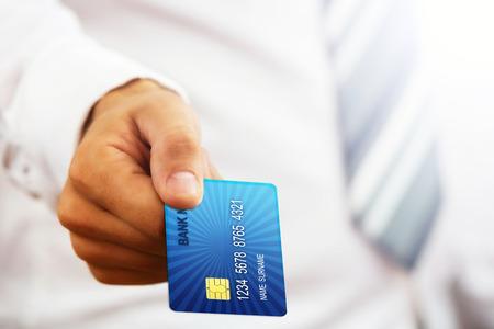 tarjeta visa: Cierre plano de un empresario s parte, la celebración de tarjeta de crédito azul Foto de archivo