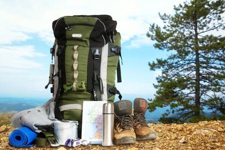 Travel Backpack: Acampar elementos equipo en la cima de la monta�a Foto de archivo