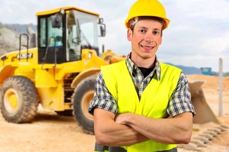 oruga: Retrato de un conductor de la excavadora, en el sitio de construcción.