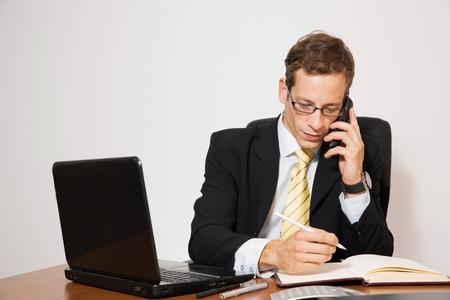 Geschäfts gekleidet schöner Mann, die Arbeiten an seinem Schreibtisch. Standard-Bild - 34838525