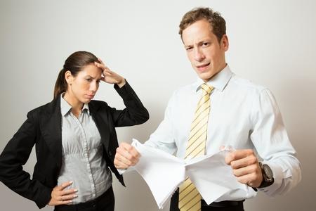 jefe enojado: Negocios hombre vestido dar retroalimentación negativa a su colega.