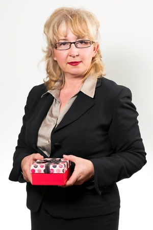 damas antiguas: Retrato de una mujer de negocios de mediana edad, con el presente en las manos.