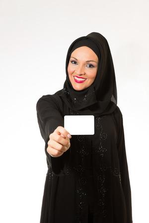 fille arabe: Femme arabe en costume traditionnel tenant carte blanche. Banque d'images
