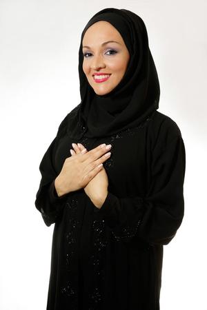 mani incrociate: Donna araba in tradizionalmente vestita, sorridente con le mani incrociate. Archivio Fotografico