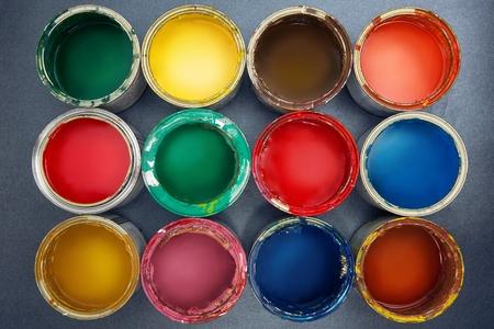 Kleurrijke verfblikken