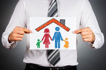 Familie en opstalverzekering concept. Kleurrijke tekening van een familie onder het huis dak.