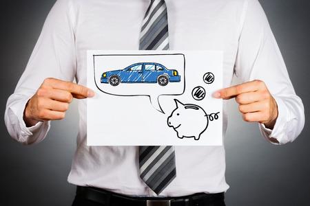 Leasing auto concept. Zakenman die papier met tekening van een auto en spaarvarken.