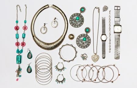 aretes: Conjunto de varias joyas de plata, aislado en vista background.Top blanco. Foto de archivo
