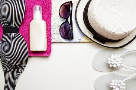 rosa negra: artículos de verano. La mujer en blanco y negro set de playa. Vista superior.