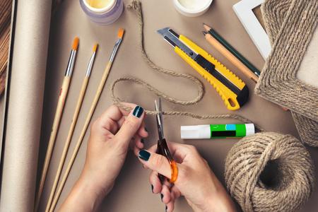 paper craft: Primer plano de una hembra manos haciendo un recuerdo. Vista superior.