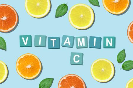 Kleurrijke gesneden citrusvruchten, rond letters. Vitamine C-concept. Stockfoto