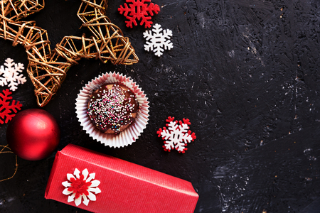 Lovely Christmas decoration and delicious chocolate dessert, against dark background. Top view. Banco de Imagens
