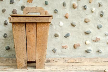 cesto basura: El viejo bin madera en cemento piedra pared adorna