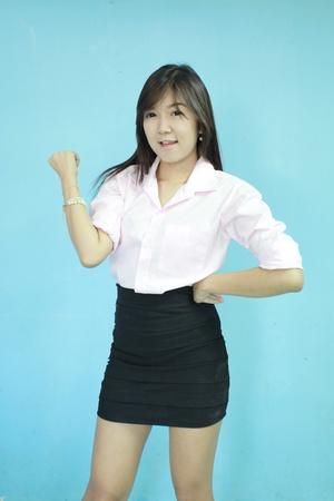 Asia las mujeres de negocios de pie en fondo azul