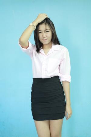 mujer de negocios de pie en asia azul