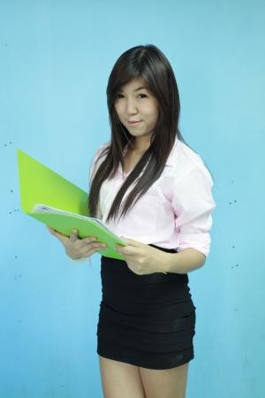 Asia ni�a de las mujeres llevan la cartera verde con fondo azul