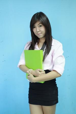 asia chica mujeres llevan cartera verde con fondo azul
