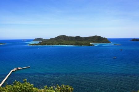 isla en el mar azul Foto de archivo