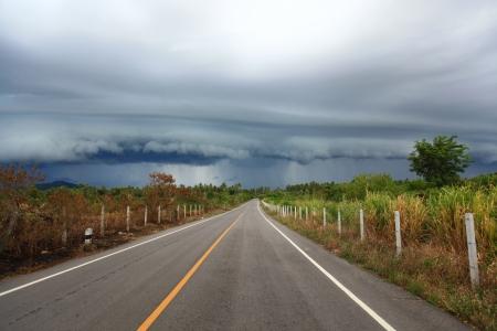 lluvia tormenta en el extremo de la carretera