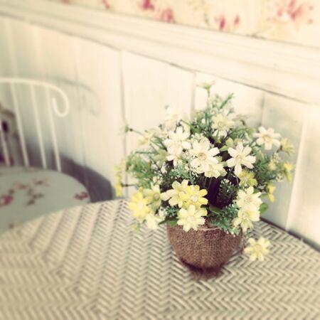 Flor blanca en el uso de mesa para el papel pintado Foto de archivo