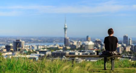 Frau bietet eine spektakuläre Aussicht Morgen von Auckland Standard-Bild - 41859218