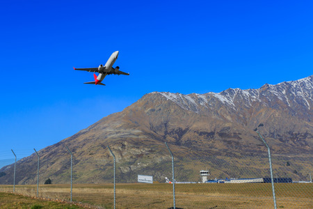 Avión despegando del aeropuerto internacional de Queenstown. Nueva Zelanda Foto de archivo - 41859255