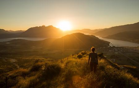 산에 일몰 여자 실루엣. 뉴질랜드