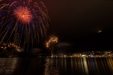 light up: Fireworks light up the sky in Queenstown Archivio Fotografico