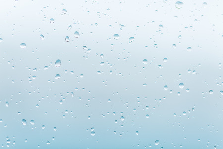 mojado: gotas de lluvia en la ventana de vidrio