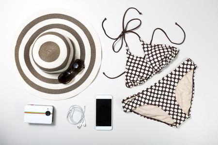 Collage de ropa de mujer y accesorios aislado en fondo blanco Foto de archivo - 43190824