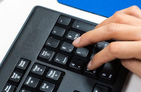 teclado numérico: primer plano de la mano con el teclado numérico