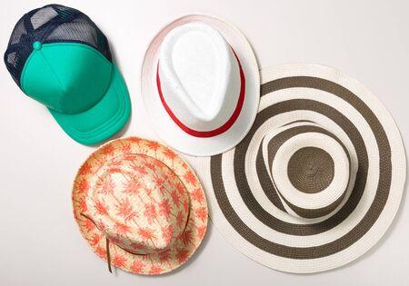 chapeau paille: Collage de chapeaux et de bouchon isol� sur blanc