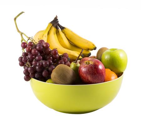 Samenstelling met geassorteerde vruchten in grote kom op wit wordt geïsoleerd