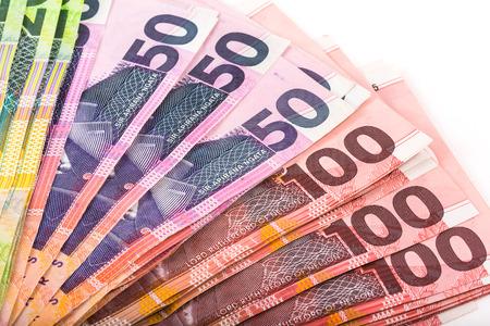 Colección de billetes de un dólar en moneda de Nueva Zelanda aislado en blanco Foto de archivo - 44111031