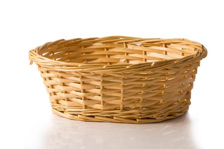 白い背景に分離された枝編み細工品バスケット