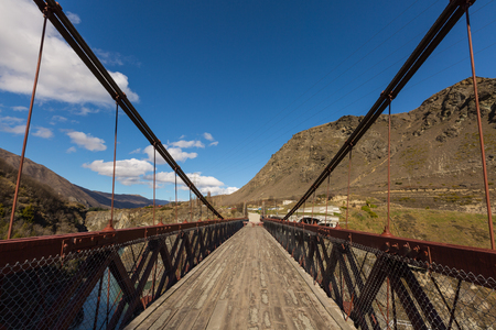 Kawarau Gorge Suspension Bridge. The bridge is mainly used for commercial purposes by the AJ Hackett Bungy Company Stok Fotoğraf - 45623795