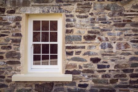 vintage stijl venster en oude stenen muur