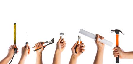 alzando la mano: muchas manos con herramientas aisladas en blanco backgrouund Foto de archivo