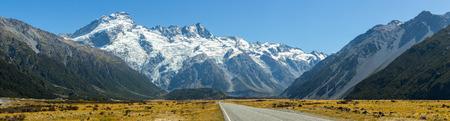 Panoramisch uitzicht op de weg die leidt naar Mount Cook, Nieuw-Zeeland