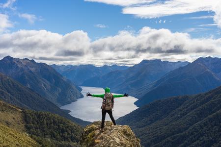Vrouwenwandelaar op bergklip. Kepler Track, Nieuw Zeeland Stockfoto