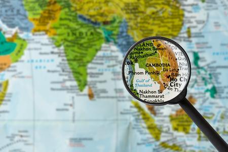 虫眼鏡を通してカンボジアの地図