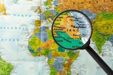 Kaart van Irak door vergrootglas Stockfoto