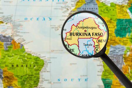 Carte du Burkina Faso à travers le verre de magnigying Banque d'images - 57265812