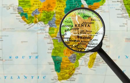 Magnigying ガラスを通してケニア共和国の地図
