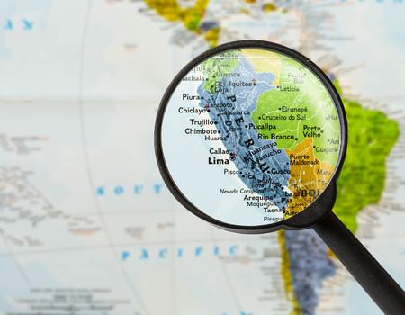 Mapa de la República del Perú a través de la lupa Foto de archivo - 57266080