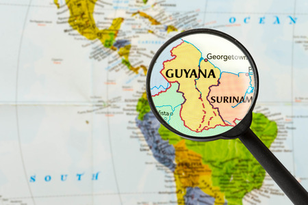 cooperativismo: mapa de la Rep�blica Cooperativa de Guyana trav�s de la lupa Foto de archivo
