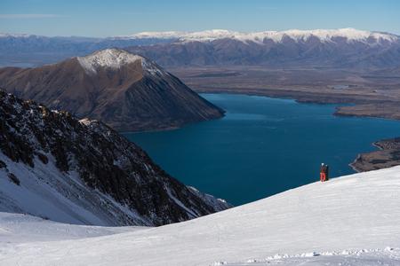 Frau Snowboarder genießt den herrlichen Ausblick Standard-Bild - 68447518
