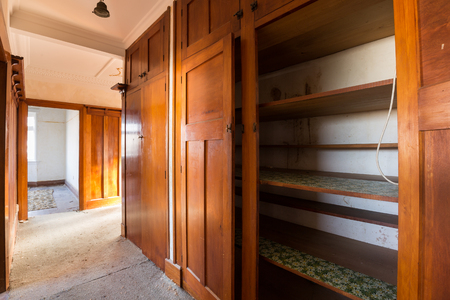 Verlassenes Haus Innenwarte renoviert werden Standard-Bild - 68742727